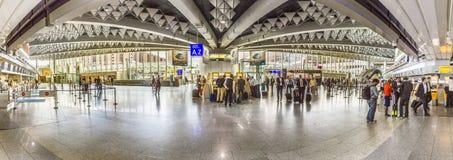 Les gens à l'aéroport le soir à Francfort Photographie stock