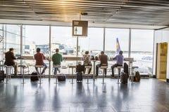 Les gens à l'aéroport le soir à Francfort, Allemagne Photographie stock