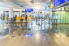 Les gens à l'aéroport le soir à Francfort, Allemagne Image stock