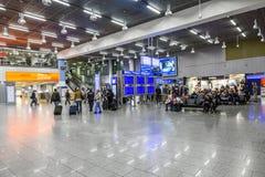 Les gens à l'aéroport le soir Photo libre de droits