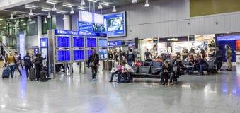 Les gens à l'aéroport le soir Image libre de droits
