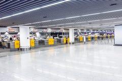 Les gens à l'aéroport le soir Photos libres de droits