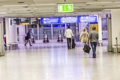 Les gens à l'aéroport le soir Photographie stock libre de droits