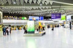 Les gens à l'aéroport le soir Images stock