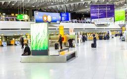 Les gens à l'aéroport le soir Photo stock