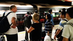 Les gens à l'aéroport Singapour de MRT Changi Photographie stock