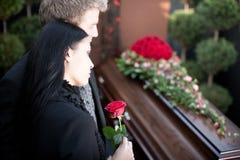 Les gens à l'enterrement avec le cercueil photo stock