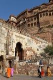 Les gens à l'entrée de Mehrangarh Mehran Fort Images stock