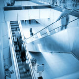 Les gens à l'escalator d'aéroport Photos stock