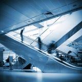 Les gens à l'escalator d'aéroport Photo libre de droits
