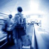 Les gens à l'escalator d'aéroport Photos libres de droits