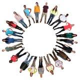 Les gens à l'ethnie multi multiculturelle de cercle de jeunes Images stock