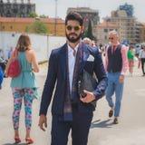 Les gens à l'extérieur du bâtiment de défilé de mode de Gucci pour Fashi de Milan Men image libre de droits