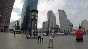 Les gens à l'horloge chez Potsdamer célèbre Platz en Berlin In Summer banque de vidéos