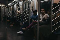 Les gens à l'intérieur d'un métro à New York, Etats-Unis image libre de droits