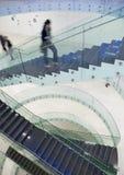 Les gens à l'intérieur d'une construction moderne Photographie stock libre de droits