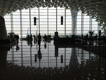 Les gens à l'intérieur de l'aéroport Images stock