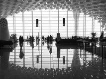 Les gens à l'intérieur de l'aéroport Images libres de droits