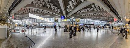 Les gens à l'intérieur de l'aéroport international de Francfort dans le departur Photo libre de droits