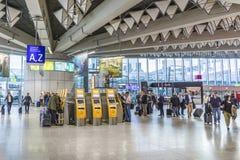 Les gens à l'intérieur de l'aéroport international de Francfort dans le departur Photographie stock libre de droits