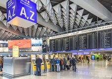 Les gens à l'intérieur de l'aéroport international de Francfort dans le departur Image libre de droits