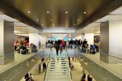 Les gens à l'intérieur de la mémoire d'Apple à Hambourg Images stock