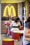 Les gens à l'intérieur du débouché de MacDonald, Changhaï, Chine Image stock