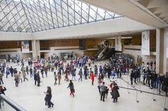 Les gens à l'intérieur du musée de Louvre Photos libres de droits