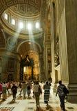 Les gens à l'intérieur du saint Peter Cathedral à Vatican Image libre de droits