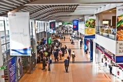 Les gens à l'intérieur du terminal 2 à l'aéroport Hambourg Photo libre de droits