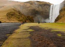 Les gens à la cascade de skogafoss Photographie stock