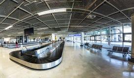 Les gens à la ceinture de bagages à l'intérieur du nouveau terminal à l'aéroport de mars Photographie stock libre de droits