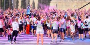 Les gens à la course de couleur de Holi font la fête dans les rues de la ville Images stock