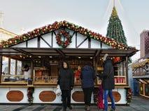 Les gens à la maison de souvenir sur le marché de Noël à Vilnius Image libre de droits