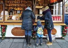 Les gens à la maison de souvenir sur le marché de Noël à Vilnius Images libres de droits