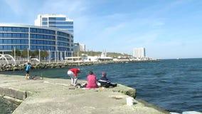 Les gens à la mer Les gens sur le café côtier de Pier And People In The zoom banque de vidéos