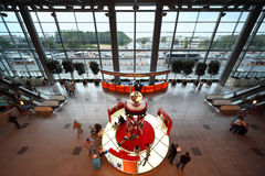 Les gens à la place de contact dans l'aéroport Domodedovo Images stock