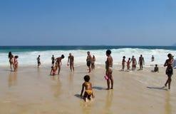 Les gens à la plage de Copacabana Image libre de droits