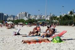 Les gens à la plage de Copacabana, Rio de Janeiro Photos libres de droits