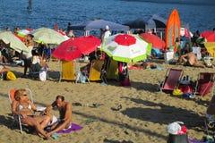Les gens à la plage de Copacabana, Rio de Janeiro Photographie stock libre de droits