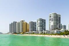 Les gens à la plage de jade avec des gratte-ciel Photo stock