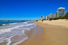 Les gens à la plage de paradis de surfers photographie stock