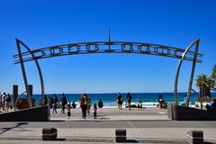 Les gens à la plage de paradis de surfers photo stock