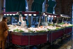 Les gens à la poissonnerie de Rialto, Venise, Italie image libre de droits