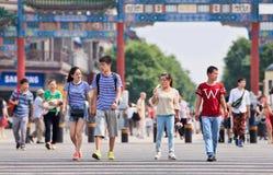 Les gens à la porte antique de la rue de Qianmen, Pékin, Chine Images stock