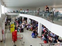 Les gens à la porte de départ de l'aéroport dans Kalibo, Philippines Photographie stock