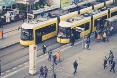 Les gens à la station de tram de train chez Alexanderplatz à Berlin, Photographie stock libre de droits