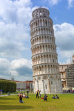 Les gens à la tour penchée de Pise en Italie Image stock