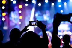 Les gens à la vidéo de tir de concert photographie stock libre de droits