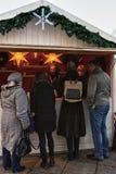 Les gens à Noël calent sur le marché de Noël dans la place de cathédrale Images libres de droits